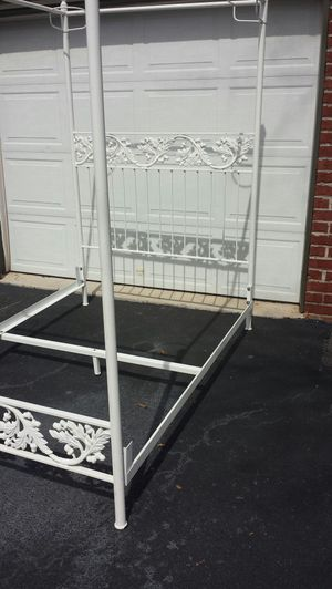 Antique iron canopy bed for Sale in Apex, NC