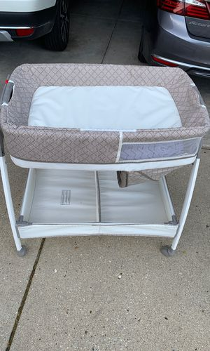 Graco vibrating bassinet/Changing Table for Sale in Lake in the Hills, IL