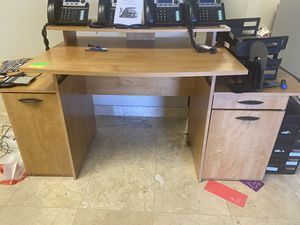 Light wood computer desk for Sale in Farmers Branch, TX