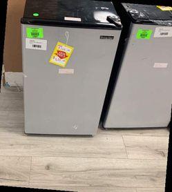 MAGIC CHEF MINI FRIDGE HMR330SE 2VQRY for Sale in Chino,  CA