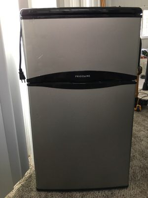 Frigidaire Mini W/Separate Freezer for Sale in Carnegie, PA