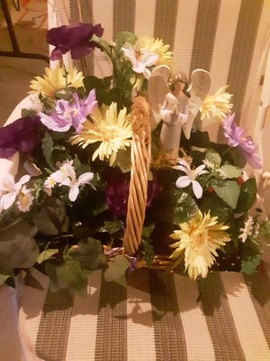 Pretty basket with arrangement for Sale in Cincinnati, OH