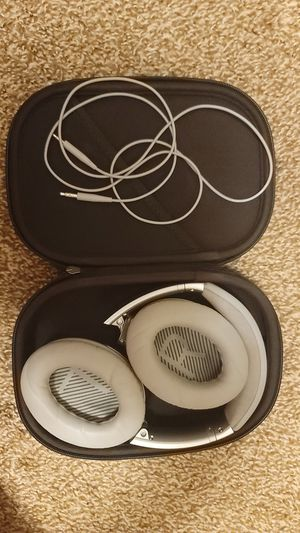 Bose QuietComfort 35 II Silver Over the Ear Headphone for Sale in Dearborn, MI