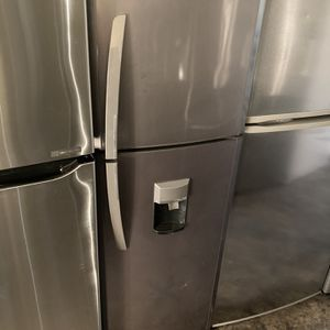MABE STAINLESS COMPACT SIZE TOP FREEZER FRIDGE 10 CU FT for Sale in Tustin, CA