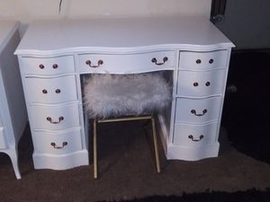 Used solid wood vintage vanity desk for Sale in Vernon, CA