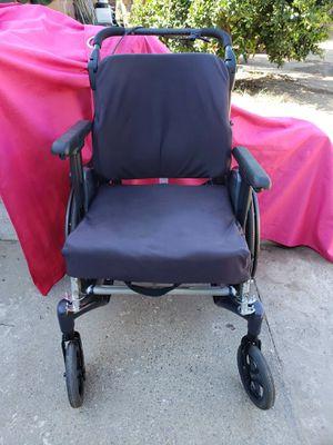 Silla de rueda grande, con frenos de mano, n los pies, pero se puede hace Asia atras for Sale in Perris, CA