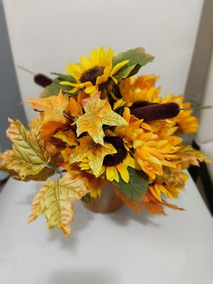 BEAUTIFUL SMALL ARTIFICIAL FALL BOUQUET IN SMALL FLOWER POT. for Sale in Covington, KY