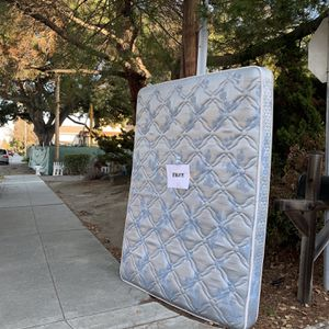 Free Queen Mattress Curbside Pick up for Sale in Sunnyvale, CA