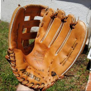 MIZUNO 13 INCH BASEBALL/ SOFTBALL GLOVE NORTH AMERICAN STEERHIDE MODEL# MT2200 PROFESSIONAL MODEL for Sale in Boca Raton, FL