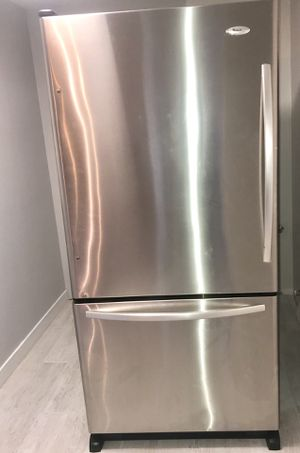 "Whirlpool botttom mount refrigerator 33"" stainless steel like new! Bottom freezer / top refrigerador acero inoxidable for Sale in Miami, FL"