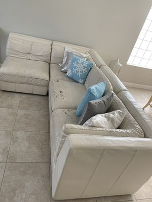 Leather couch/sectional/ living room for Sale in Lake Worth, FL