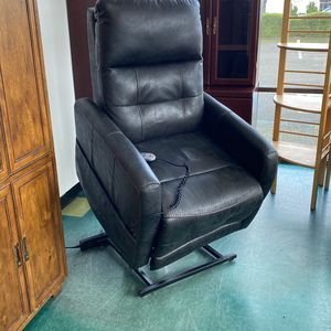 Moto Motion Leather Lift Chair Recliner for Sale in Lynnwood, WA