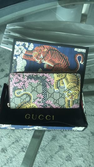 Gucci GG Supreme Bengal Zip Around Wallet/Clutch for Sale in Miami, FL