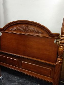 Nice Wood Post Queen Bed Frame. for Sale in Cleveland,  OH