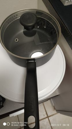 Non stick pan like new 2.5 quarts for Sale in Stamford,  CT