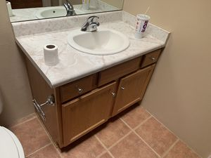Sink..tub..cabinet and toilet! for Sale in Santa Fe, NM