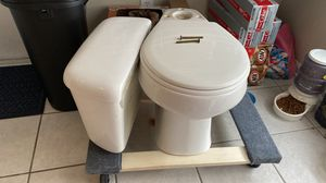 Free round toilet with tank for Sale in Land O Lakes, FL
