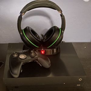 Xbox One X, Elite Controller, and Turtle Beach Headset for Sale in Casa Grande, AZ