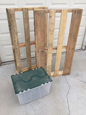 2 x Pallets and 1 x 12 Gallon Storage Container for Sale in Los Angeles, CA