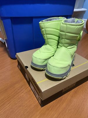 Kids shoes / snow boots size 2 for Sale in Miami, FL