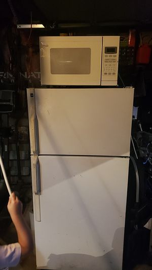 HotPoint Refrigerator and Whirlpool Microwave for Sale in Chicago, IL
