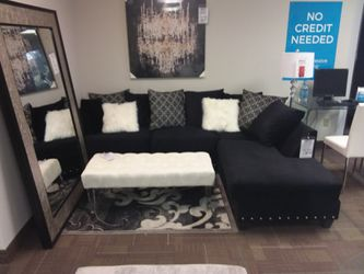 BLACK SECTIONAL SOFA WITH NAILHEAD TRIM AND ACCENT PILLOWS for Sale in Irving,  TX