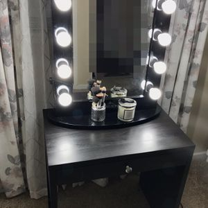 Small Vanity Makeup Mirror And Desk for Sale in San Antonio, TX