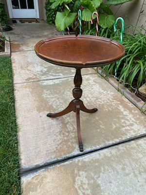"VINTAGE ANTIQUE WALNUT PIE CRUST PEDESTAL ACCENT TABLE (CIRCA 1940'S) 22.5"" DIA × 27.5""H for Sale in Corona, CA"