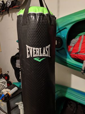 Everlast everstrike 70lb punching bag with gloves and wraps for Sale in Everett, WA