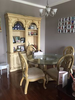 Dining room table and 4 chairs. Great condition for Sale in Columbia, SC