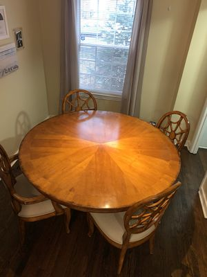 "60"" round dining room table with six chairs for Sale in Chicago, IL"