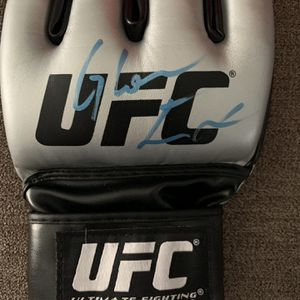 Glover Teixeira Signed UFC Glove for Sale in Lisle, IL