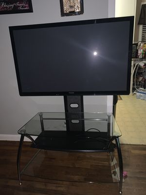 "55"" tv with roku comes with the stand for Sale in Edna, TX"