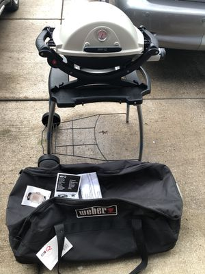 Weber Q 120 Portable Gas Grill W/ Stand & Duffle Bag MINT for Sale in Willowbrook, IL