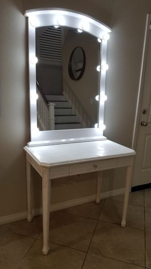 White Vanity Desk and Mirror for Sale in San Bernardino, CA
