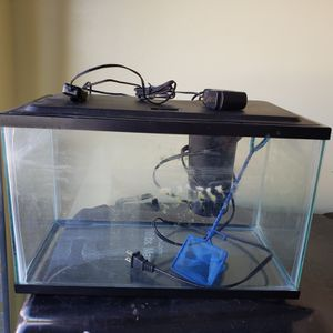 15 gallon Fish aquarium tank with filter, fish bowl and food for Sale in Las Vegas, NV