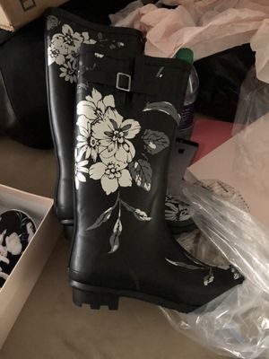 Size 9 black floral rain boots for Sale in Columbus, OH