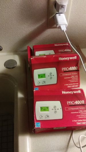 3 Honeywell thermostats 4000 for Sale in Staten Island, NY