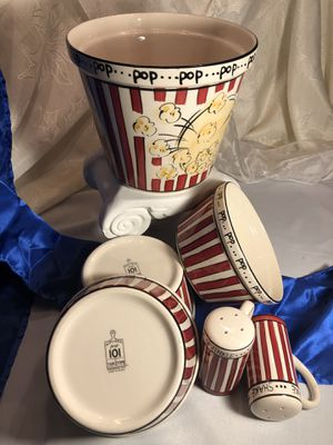 Tabletops Unlimited, Kitchen Prep 101 Lg Popcorn Bowl, 3 Medium Bowls, 2 Shakers for Sale in Forest, VA