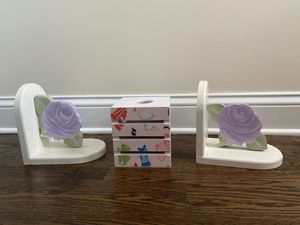 Book ends and Kleenex box for Sale in Niles, IL