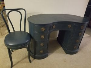 Desk and chair for Sale in Leesburg, FL