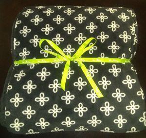 LIKE NEW VERA BRADLEY XL THROW BLANKET - BLACK/WHITE MINI CONCERTO for Sale in Alexandria, VA