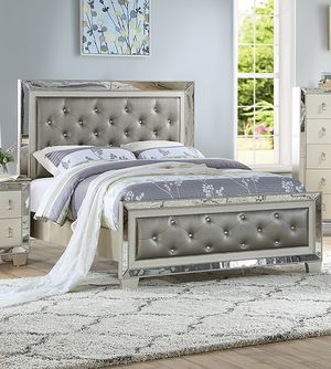 VINTAGE GLAM SILVER GRAY FINISH MIRROR TRIM PADDED PANELS QUEEN SIZE BED FRAME - CAMA - NO INCLUYE COLCHON SOLO MARCO for Sale in Pico Rivera, CA