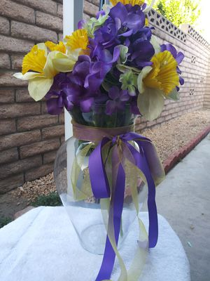 Glass vase with flowers for Sale in Redlands, CA