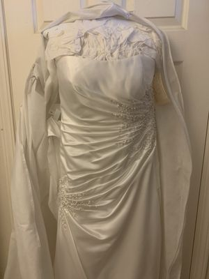 Beautiful David's Bridal wedding dress. Never worn. Strapless, bust 39, waist 31, hip 39 for Sale in Bakersfield, CA