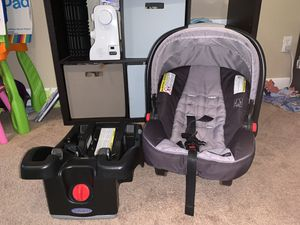 Graco Snug ride 35 click connect car seat and base for Sale in Everett, WA