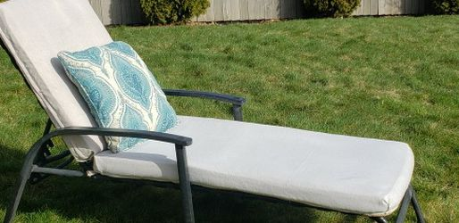 Outdoor chaise tanning / lounging/ reading for Sale in Vancouver,  WA