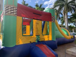 3x1 bounce house with a basketball hooop for Sale in Miami, FL