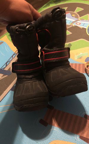 Snow boots for toddler for Sale in Grand Prairie, TX
