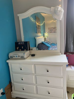 For sale young Girls bedroom set, night stand and dresser for Sale in Woodinville, WA